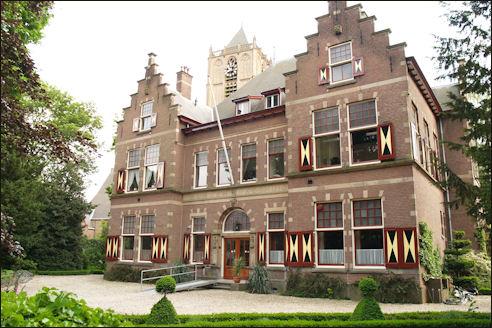 Het voormalig Burger Weeshuis in Tiel, in 1904 ontworpen door Jacob van den Ban. Rijksmonument.