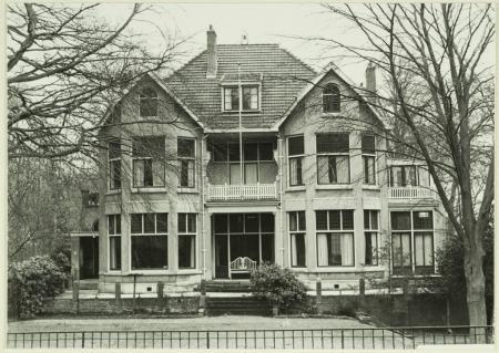 Nog een foto van 'Buytentwist' na 1911 in Engelse landschapsstijl ontworpen door J. van den Ban, terwijl de tuin werd aangelegd door Leonard Springer. In 1979 is de villa door de gemeente Bloemendaal aangekocht om hierin appartementen te  vestigen.