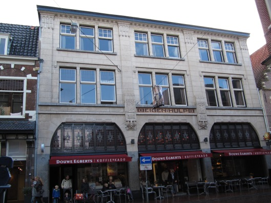 Vm. winkelhuizen van winkelvereniging 'Eigen Hulp', Zijlstraat 56-58 Haarlem. Ontw. J.van den Ban Rijksmonument