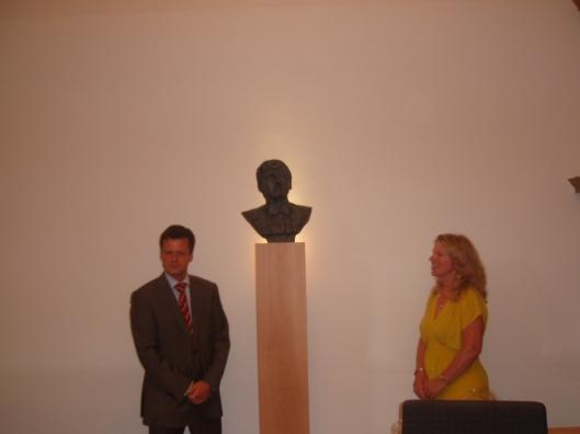 Mr. Frank Mulder en Ellen Wolff kort na de onthulling in het stadhuis van Haarlem