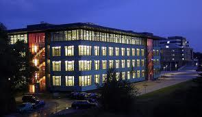 De nieuwe universiteitsbibliotheek van Greifswald bij nacht (foto Jan Frostfighter, 2003)