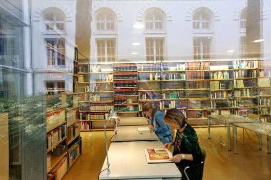 Bibliotheek Gerd Bucerius in het 'Museum für  Kunst und Gewerbe'met circa 175.000 media.