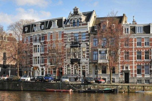 In het midden het fraaie herenhuis Leidsekade 76, in 1890 ontworpen door Jacob van den Ban