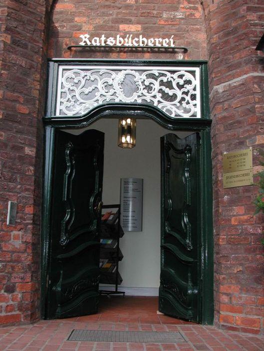 Entree van de Ratsbücherein in Lübeck