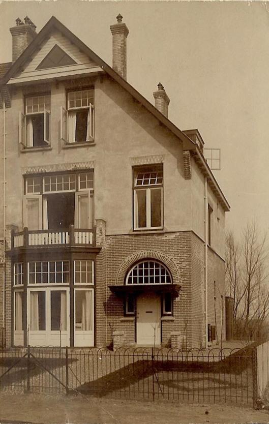 Oude foto van Noorders Stationsweg 23, 1910 ontworpen door J. van den Ban