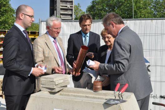 Eerste steenlegging  en inmetseling van een oorkonde op 9 juli 2013 bij nieuwe universiteitsbibliotheek Osnabrück. Deze zal o.a. bestaan uit 4 verdiepingen en 750 studieplaatsen omvatten (foto Ilona Scolz)