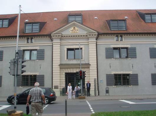 Hans Krol voor de stadsbibliotheek van Wismar in 2012. Boven de ingang bevindt zich nog het heraldisch wapen van de Zweedse koning