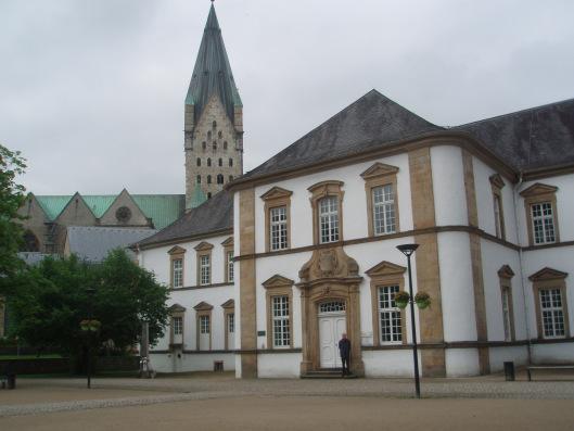 Stadsbibliotheek Paderborn met Hans Krol bij de ingang