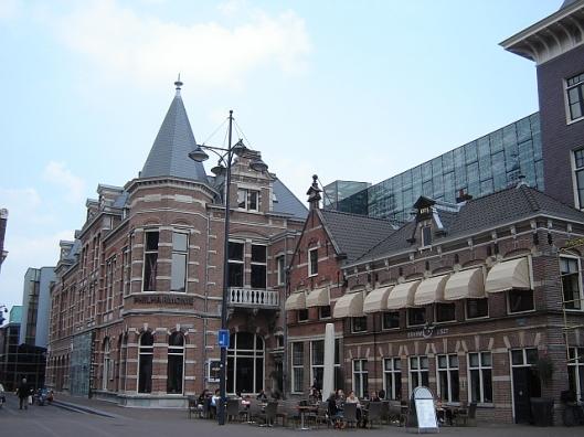 Exterieurfoto van de huidige Philharmonie (gebouw met torenachtige hoekpartij)