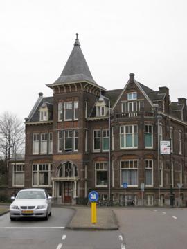 Villa hoek Raamsingel en Koninginneweg, in 1900 ontworpen door J.van der Ban. Rijksmonument