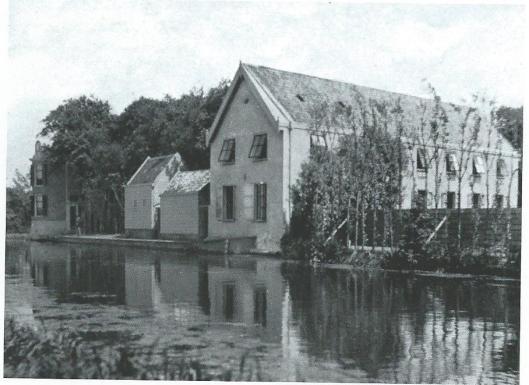 In 1881 bouwde de bloembollenfirma Van Tubergen aan de Leidsevaart, tussen buitenplaats Zwanenburg en Vaartzicht een bollenschuur met pakplaats