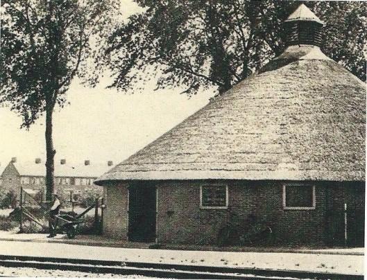 De bollenschuur van kwekerij Vrugt , vervolgd door J.Bonkenburg & Co in de Glip op een foto uit 1928. Voor 1920 behorend bij een boerderij als koestal in gebruik. Vanwege bouwvalligheid is de ronde schuur afgebroken.