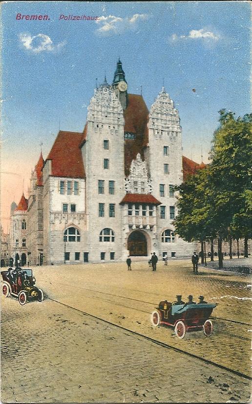 Het bibliotheekgebouw is oorspronkelijk gebouwd als 'Polizeihaus' zoals op deze ansicht uit begin 1900 te zien.