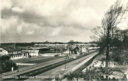 Panorama Herenweg ter hoogte van Rivierenwijk op een ansichtkaart uit omstreeks 1950. Links de bollenschuren van de firma N & J.Roozen
