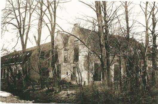 Woonhuis en daarachter bollenschuur van de kwekersfamilie Roozen ten oosten van de Bronsteeweg op een foto uit circa 1930 (foto uit Bloeiende bedrijvigheid).