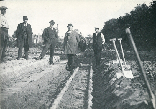 Omstreeks 1930 toen deze foto is genomen was grondverwarming nieuw. Hier de aanleg bij P.Nelis & Zoon. Op de foto zien we Jan van Honschoten, Piet Nelis (oprichter), mede-directeur W.Zitman, Kees Nelis en Piet Hendriks (Arie Kramer)