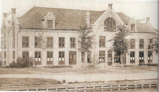 Get 'Bulb Warehouse' van kwekerij J.J. Thoolen uit 1898 op de hoek van de Zandvoortselaan en Leidsevaart.