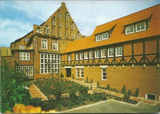 Institut Norddeutsches Kulturwerk in Lüneburg. Rechts: Instituts- und Bibliotheksgebäude