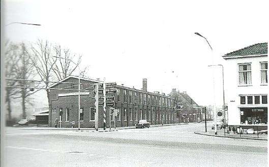 De bollenschuur van Quirinus van den Berg en Zonen op de hoek van de Zandvoortselaan en de Herenweg midden jaren zeventig, gesloopt bij een verbreding van de weg. Rechts een deel van  'Rozenburg'.