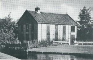 Een vroegere bollenschuur van Tozzen heeft vanaf 1917 nog enige tijd dienst gedaan als kerkgebouw totdat in 1921 de Gereformeerde Opstandingskerk aan de Koediefslaan tot stand kwam.