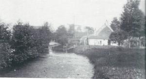 Een landelijk tafereel aan de Glippervaart omstreeks 1925. Rechts het woonhuis van P,J,de Vos; in het midden vaag met wieken de molen van Höcker en links achter struiken de bollenschuur van o.a. P.M.J.Tijssen (1888-1968) toen nog met zijn bedrijf in Heemstede gevestigd.