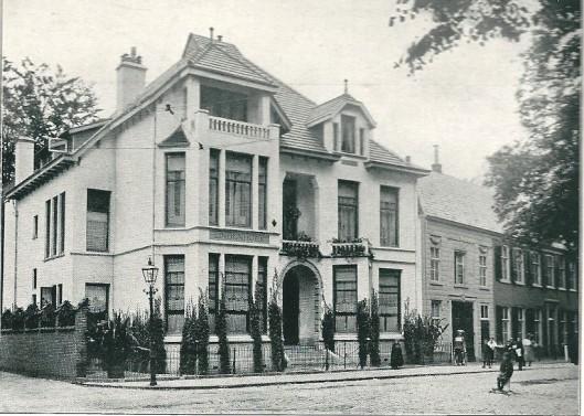 Huize Lindenhoek, Kleine Houtweg 109 ontworpen door J.van den ban. Uitgevoerd op een traditionele manier met in blokverband gepleisterde straatgevels. De erkers en loggia refereren aan ontwikkelingen in de Engelse landhuisstijl