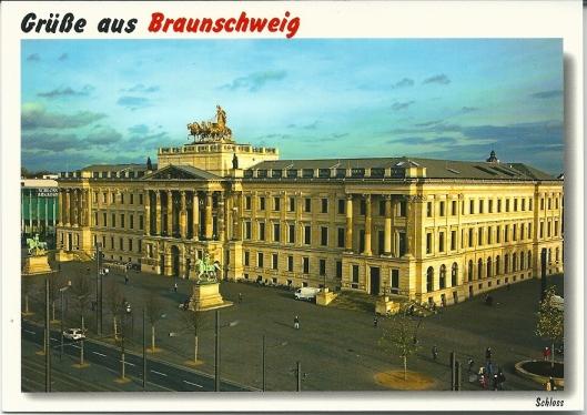 In het voormalig slot van Braunschweig, tegenwoordig in gebruik als winkelcentrum i in de rechtervleugel van het gereconstueerde gebouw de stadsbibliotheek gehuisvest.