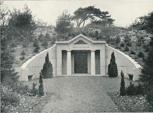 Grafmonument Van Rossum, begraafplaats 'Westerveld', Driehuis. Ontworpen door J.van den Ban