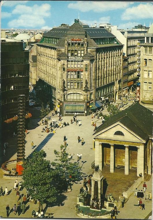 Rechtsonder: voormalige Bücherhalle van Hamburg in het winkelcentrum van de stad, waar tegenwoordig een Starbucks en toeristenbureau is gevestigd