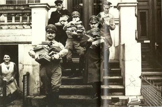 """S.S'rs halen in 1933 Joodse boeken uit de bestanden van de stadsbibliotheek """"Die Bestände wurden 'gereinigt', Juden waren unerwünsct"""""""