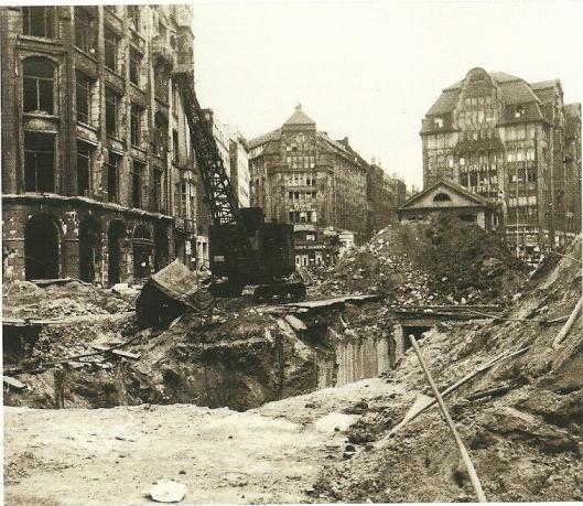 Ongeveer 83.000 boeken uit de bibliotheekbestanden gingen bij bombardementen verloren.  Opmerkelijk is dat de Bücherhalle in de Mönckebergstrasse  (zie foto) grotendeels onbeschadigd bleef.