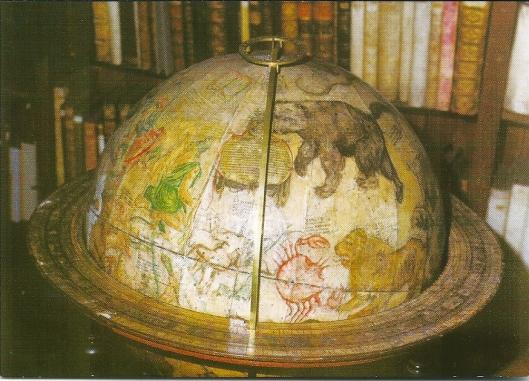 """Hemelglobe uit het atelier van Willem Janszoon Blaeu in Amsterdam, kort voor 1622. """"Dier Globus und sein Gegenstück, ein Erdglobuss, wurden sofort nach Gründung  der Stadtbibliothek in 1622 angeschafft. So dekorativ die Figuren der Sternbilderv wirken - die Globen waren zur Anwendung beim Navigieren ausgelegt, wie u.a. die Grädeinteilung auf dem Gestell zeigt."""""""