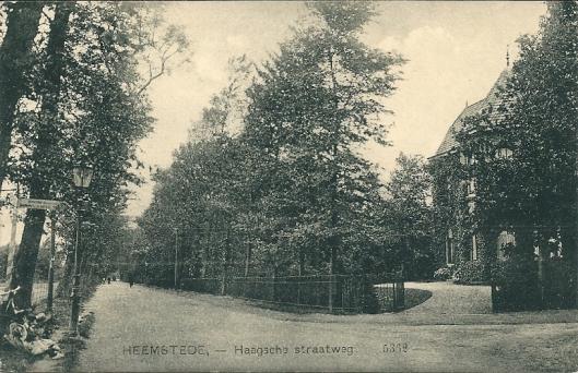 Villa op de hoek van de Herenweg/Van Merlenlaan, in 1891 ontworpen door Simon Roog en Jacob van den Ban. Hier op een oude ansichtkaart van begin 1900, uitgegeven door Nauta in Velsen