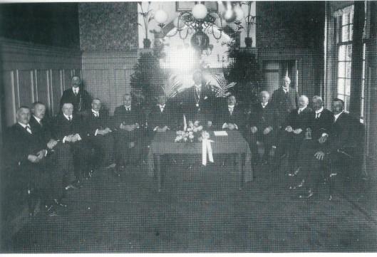 W.V.van Meeuwen was tot 1920 gemeenteraadslid in Heemstede. Deze foto is genomen op 16 augustus 1916 bij de installatie van burgemeester jhr. J.P.W.van Doorn. Van links naar rechts: J. van der Plas, mr.G.P.van Tienhoven, J.Preijde Gzn., W.V. van Meeuwen, H.J.M.Peeperkorn, J.H.M.van Houten, burgemeester Van Doorn, A.A.Swolfs (gemeentesecretaris), H.H.Höcker, J.Tates, dr. E.A.M.Droog, L. de Wilde, C.Tromp. Links in de hoek staat de heer W. Schotvanger met bodebus.