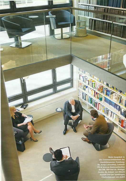 Interieur Commerzbibliothek Hamburg. Met rechts dr. Rüdiger Grube ditecteut van 'Deutsche Bahn' en dr.Eckart von Hitschausen van de 'Stiftung Lesen. Uit: Mobil, das Magazin der Deutschen Bahn, 10. 2013.