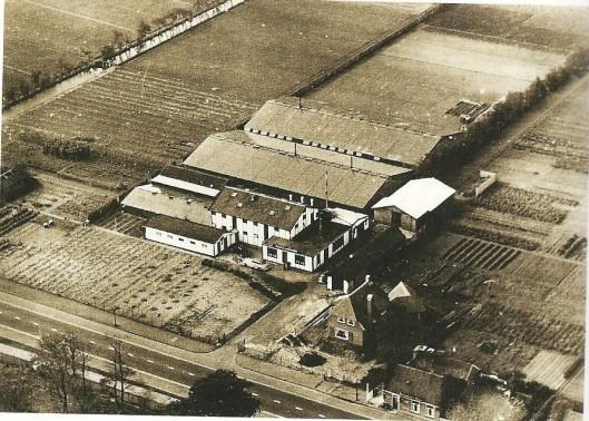 Luchtfoto begin jaren 20 van de vorige eeuw  van het voormalig bloembollenbedrijf van N & J.Roozen. op[gericht in 1845,  aan de Herenweg te Heemstede