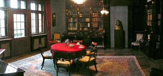 De kleine bibliotheek van het stadsbestuur in het raadhuis van Bremen