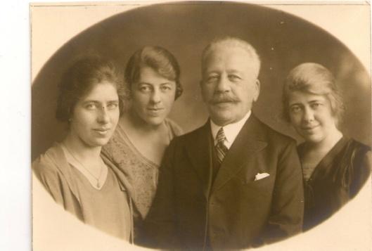Architect Jacob van den Ban met zijn drie dochters
