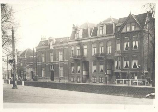 Het linkse pand, Kampersingel 70 In Haarlem was woon- werkhuis van J.van den Ban