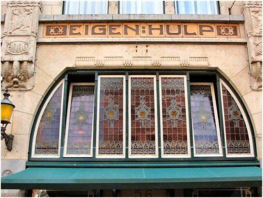 Deel voorgevel van ooit drievoudig winkelpand van coöperatieve winkelvereniging 'Eigen Hulp' in de Zijlstraat 56, nu in gebruik als winkel-koffiehuis van Douwe Egberts (J. van den Ban)