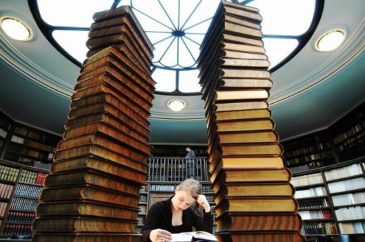Boeken als ruggegraat van vorming. Studente leest in de Warburg bibliotheek, Hamburg