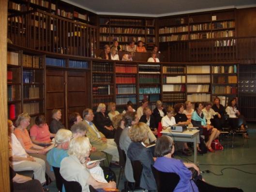 Bijeenkomst in de kunsthistorische Warburg Bibliotheek, Hamburg