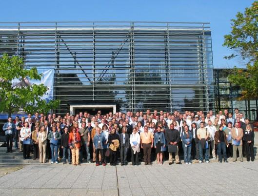 """""""Mehr als 100 Fernstudenten der ersten Fachsemester gemeinsam mit Dozenten vor der Bibliothek der Hochschule Wismar"""" (27-9-2005)"""