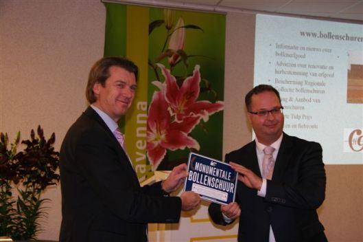 Uitreiking van de bollenprijs door de heer Han Weber aan de directeur van Royal van Zanten