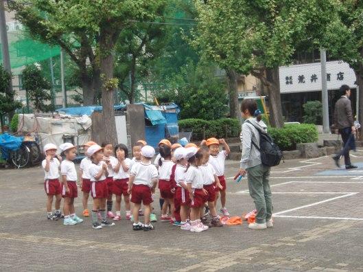 Een kindercrèche in de open lucht midden in Tokio
