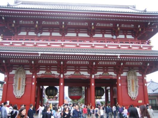 Poort naar een druk bezocht Sjinto-tempelcomlex in Tokio