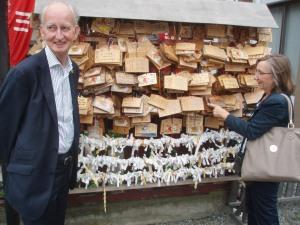 Bij een Japanse tempel is het de gewoonte dat een wens op hout of papier wordt achtergelaten