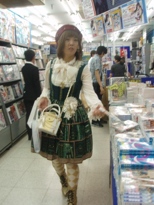 Een mangameisje in een mangaboekwinkel getooid in een boekenjurk