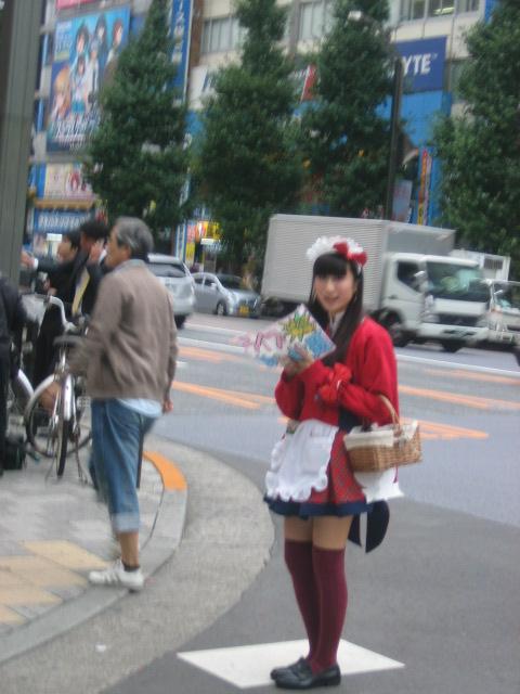 Manga-meisje op een straathoek in Tokio