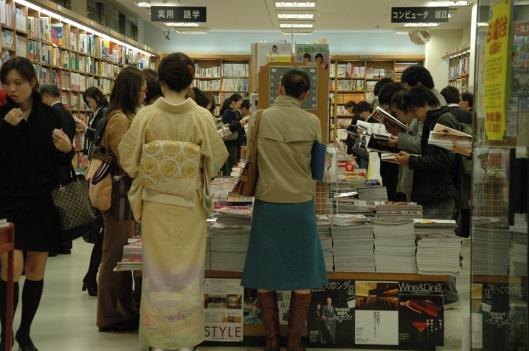 Een drukbezochte boekwinkel in de wijk Ginza, Tokio